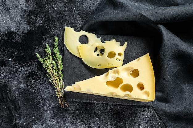 Сыр маасдам с дырочками, молочно-желтый треугольник