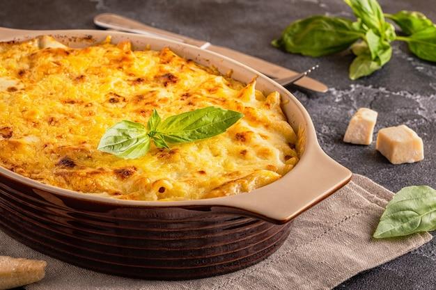 マカロニアンドチーズ、チーズソースのアメリカンスタイルのマカロニパスタ、セレクティブフォーカス。