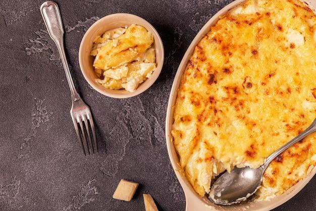 Макароны с сыром, макароны в американском стиле в сырном соусе, вид сверху.