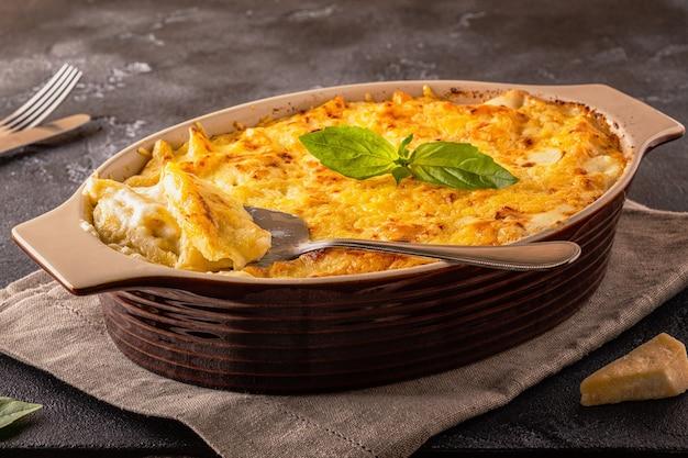 マカロニとチーズ、安っぽいソースのアメリカンスタイルのマカロニパスタ