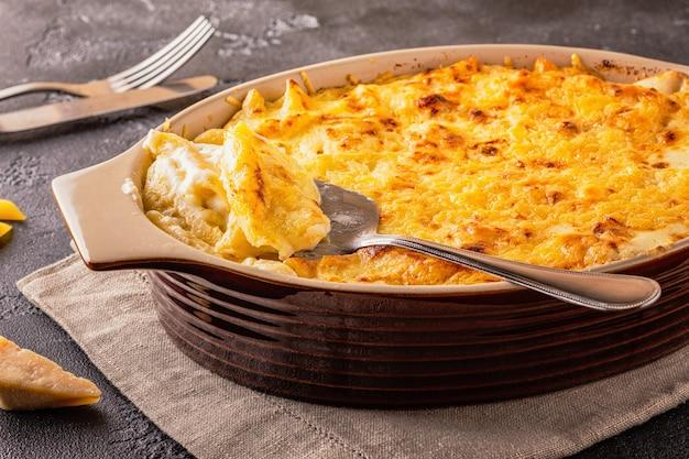 マカロニとチーズのアメリカンスタイルのマカロニパスタの安っぽいソース