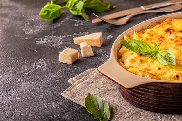 マカロニアンドチーズ、安っぽいソースのアメリカンスタイルのマカロニパスタ