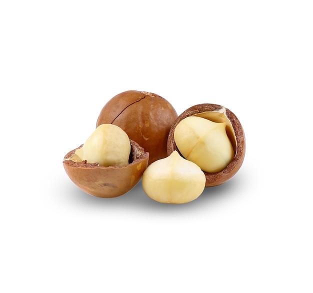 マカダミアナッツは白い背景で分離します