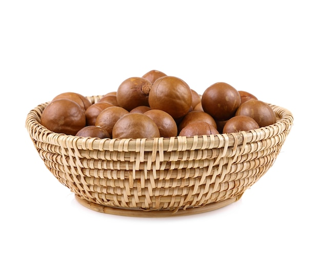 Изолировать орех макадамия на белом фоне