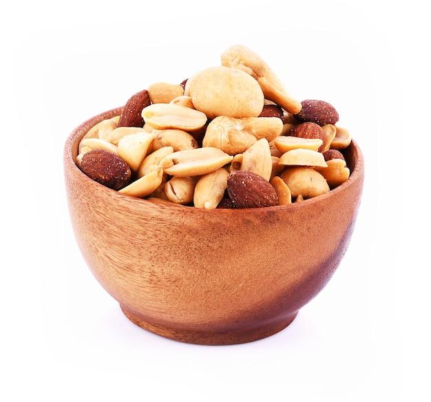 マカダミアナッツ、カシューナッツ、アーモンド、白い背景の上のピーナッツ