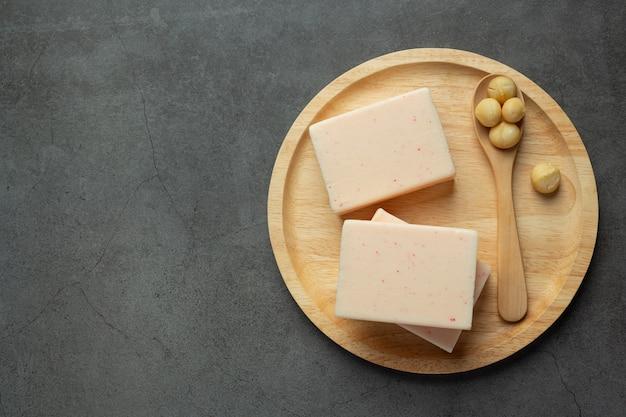 Trattamento per la cura della pelle con sapone di macadamia