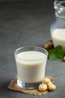 Latte bianco di macadamia pronto da servire