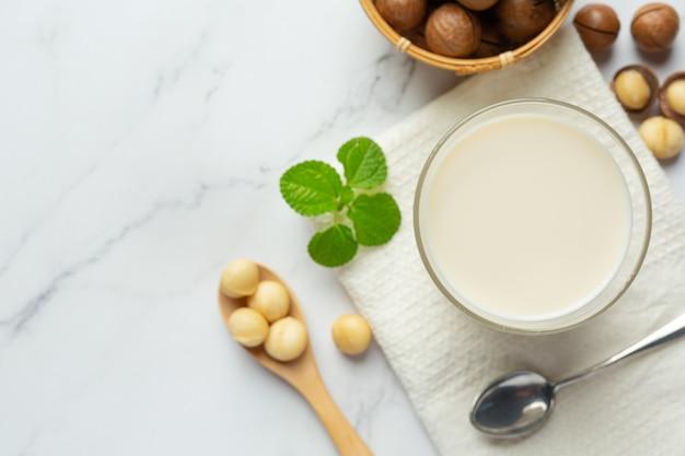 마카다미아 화이트 우유 제공 준비