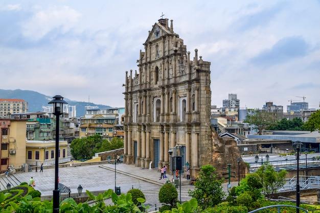 마카오, 중국 - 2020년 4월 2일: 마카오에서 가장 잘 알려진 랜드마크이자 유네스코 세계 문화 유산인 1640년에 지어진 성 바울 성당 유적