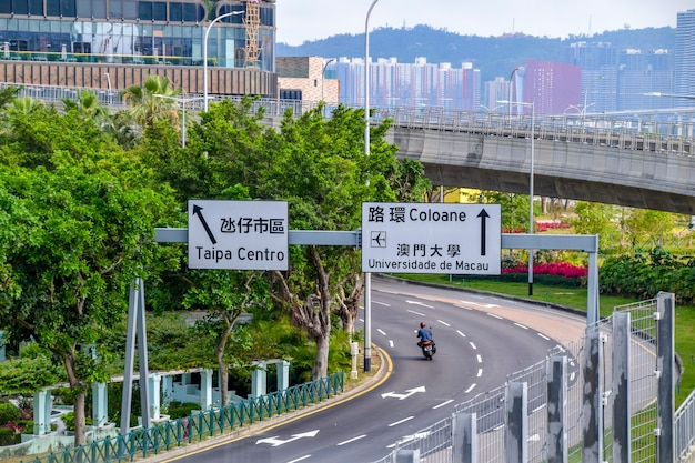 마카오, 중국 - 2020년 4월 2일: 마카오 측면에 짧은 건물이 있는 도시 거리 전망