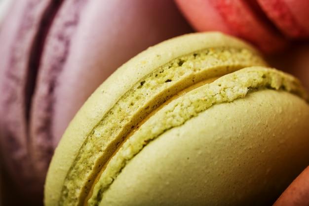 異なる色の塗りつぶしのクローズアップ、マクロとマカロンクッキー。