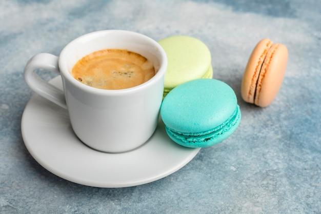 香り豊かなコーヒーとマカロンクッキー