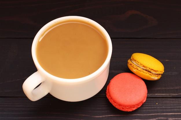 マカロンのお菓子のクッキーとミルク入りコーヒー