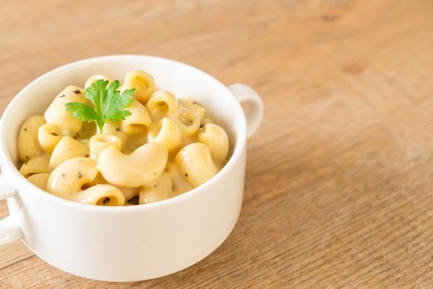 Макароны и сыр с зеленью в миске