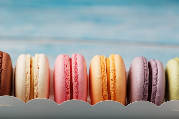 상자에 서로 다른 색상의 마카로니 쿠키.