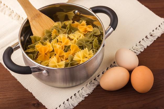 鍋に着色されたマカロニファルファッレ。 3色