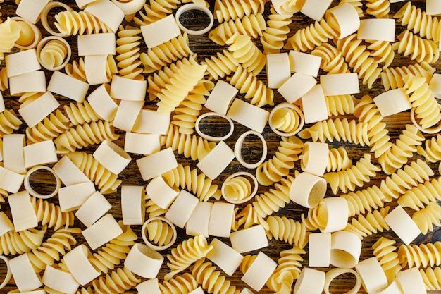 Макаронные изделия макарон на деревянной предпосылке. плоская планировка