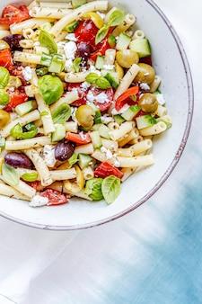 죽은 태아와 올리브를 곁들인 마카로니 파스타 샐러드, 건강한 그리스 여름 요리
