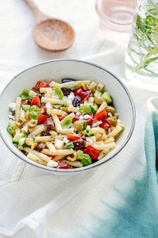 Insalata di pasta di maccheroni con feta e olive, piatto estivo greco salutare
