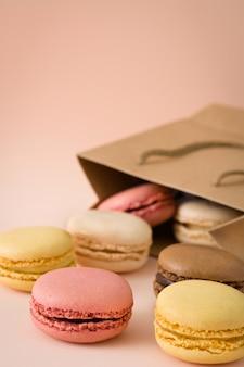 ピンクの背景にマカロンクッキー