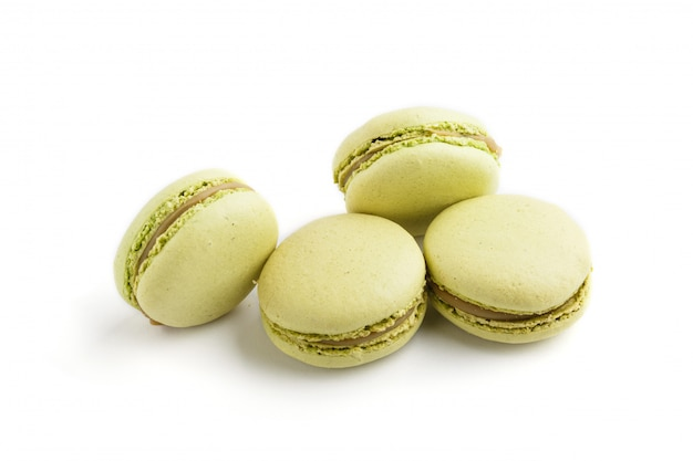 Зеленые macarons или изолированные macaroons торты, взгляд со стороны.