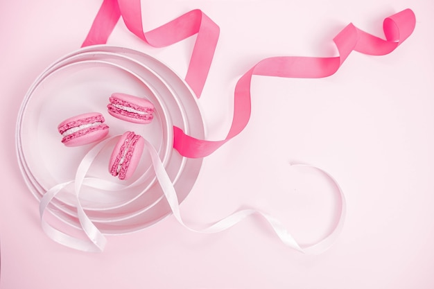 분홍색과 흰색 리본이 달린 마카롱
