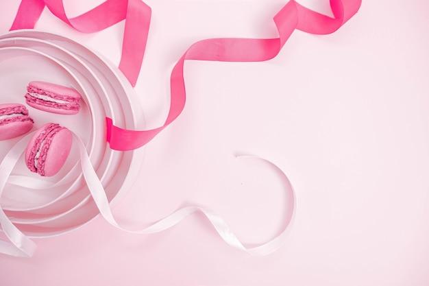 흰색과 분홍색 리본이 달린 마카롱