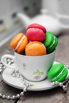 Цветные macarons на деревянный стол.