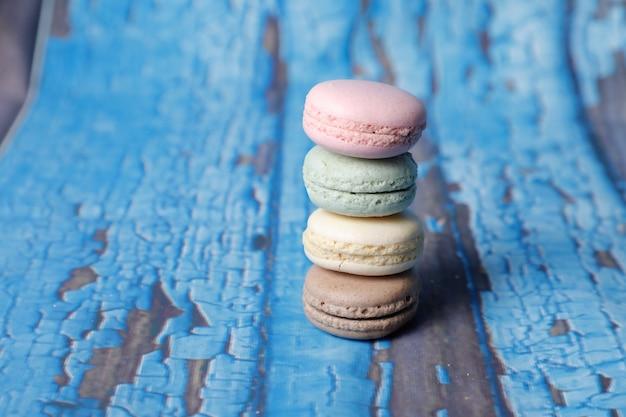 Макрофотография выстрел из стека вкусных macarons на деревянной поверхности