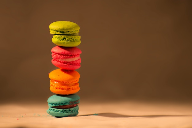 Разноцветный торт macarons с копией пространства французских макарон и сладких красочных