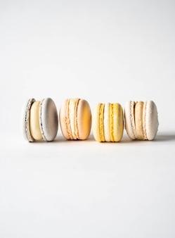 Различные свежие французские пастельные красочные macarons на белой предпосылке. копировать пространство