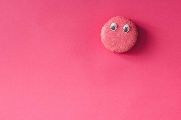 ピンクの壁に目を向けたマカロン。フラットレイ