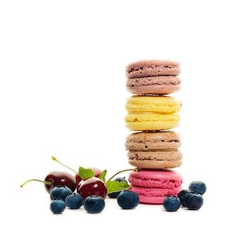 마카롱과 흰색 바탕에 딸기입니다. 음식 배경