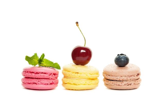 Миндальное печенье и ягоды на белом фоне