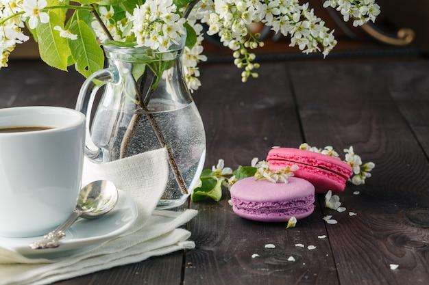 マカロンと春の花