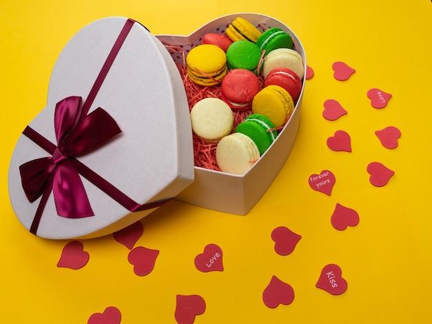 선물 상자에 마카롱. 심장 모양의 상자