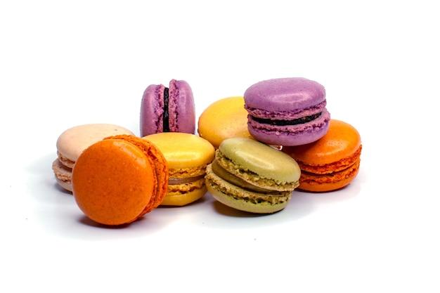 Миндальное печенье, изолированные на белом. домашние французские красочные миндальное печенье намеренно