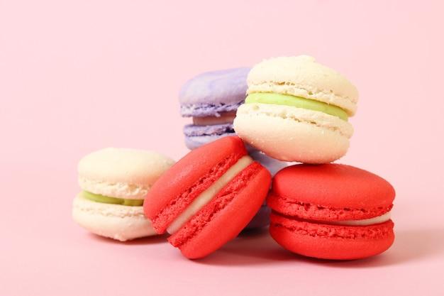 Миндальное печенье на цветном фоне вид сверху