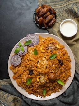 Курица machboos (курица с рисом по-бахрейнски).