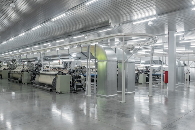 Машины и оборудование в ткацком цехе промышленная текстильная фабрика