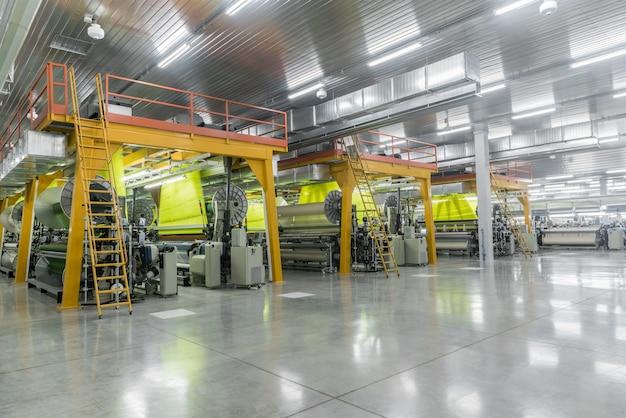 Машины и оборудование в ткацком цехе интерьер промышленной текстильной фабрики