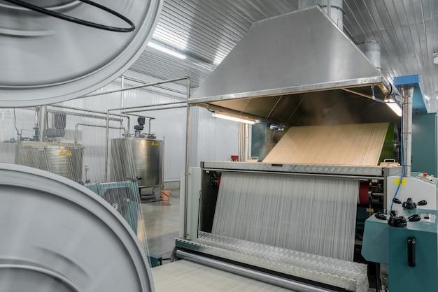 Машина испаряет текстильную пряжу. машины и оборудование на текстильной фабрике