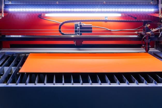 Станок для лазерной резки дерева перед работой с фанерной заготовкой