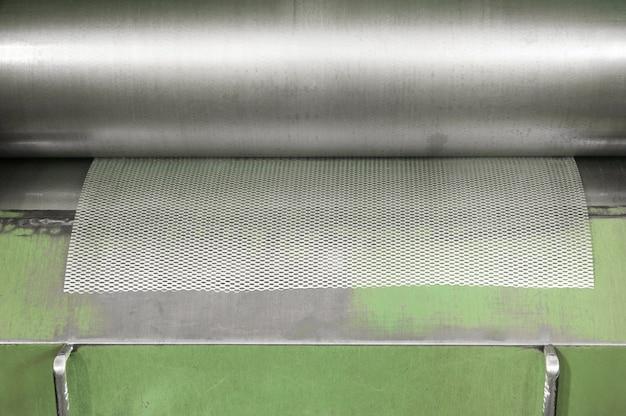 금속 메쉬를 생산하는 기계. 금속 메쉬를 롤 형태로 비틀기 위한 기계