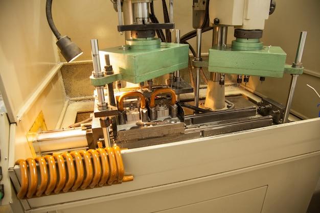 문 및 창 손잡이 제조용 기계