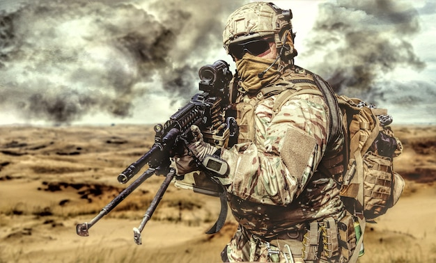 動作中の砂漠の機関銃