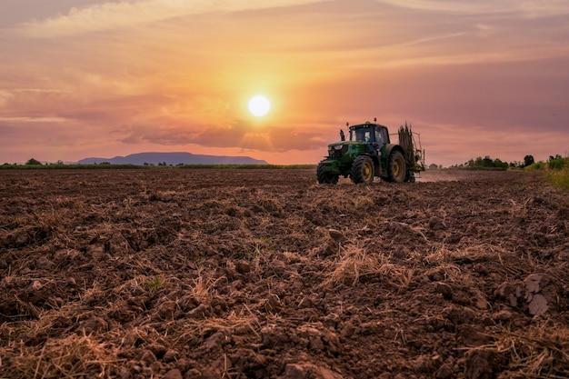 해질녘 농지에서 일하는 기계, 사탕수수 기계 심기