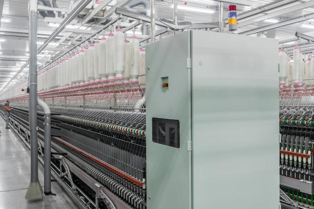 Машины и оборудование в цехе по производству ниток промышленная текстильная фабрика