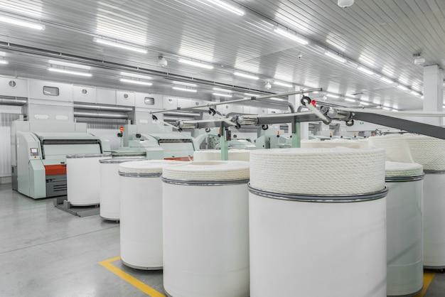 Машины и оборудование в цехе по производству ниток фабрики промышленного текстиля.