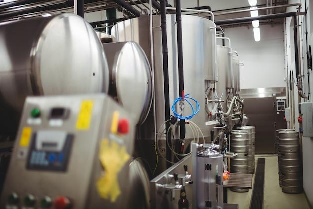 醸造所の機械と樽